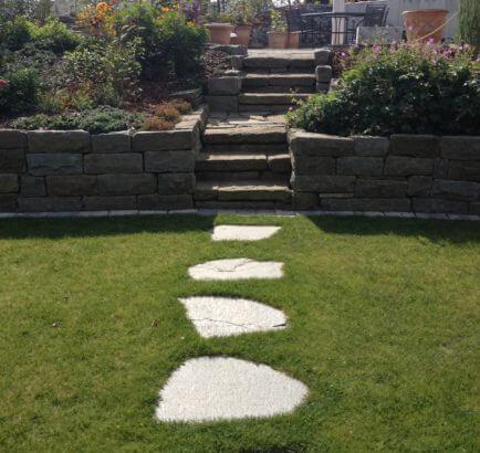 Rasenfläche mit Schrittplatten