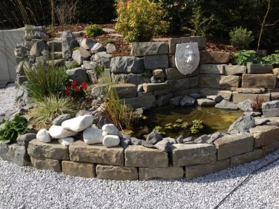 Teich mit Natursteineinfassung